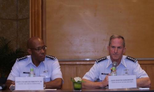 Tướng Goldfein, phải và Tướng Brown trong họp báo chiều nay ở Hà Nội. Ảnh: Hà Trung.