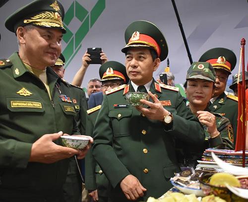 Bộ trưởng Quốc phòng Nga Sergey Shoigu (ngoài cùng bên trái)và Thượng tướng Phan Văn Giang, Tổng Tham mưu trưởng Quân đội nhân dân Việt Nam, thưởng thức chè xanhở ngoại ô Moskva ngày 17/8. Ảnh:QĐND.