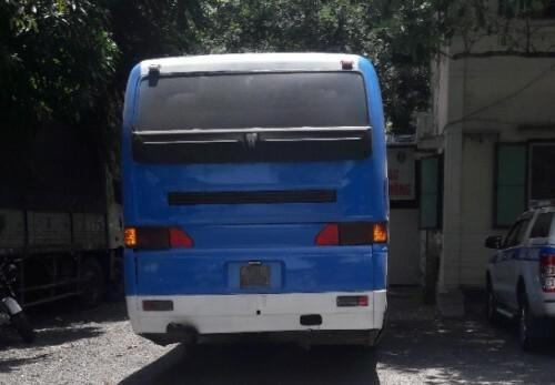 Xe đưa đón học sinh đang bị tạm giữ tại trạm Phú Lộc. Ảnh: Văn Hùng