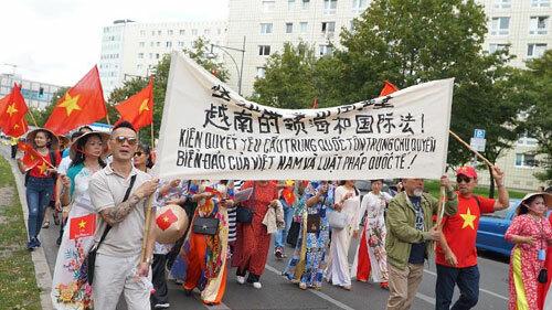 Đoàn tuần hành của hội người Việt tại Đức. Ảnh: Huy Thắng