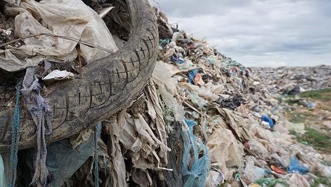 Rác thải không được phân loại, chất cao như núi ở bãi rác Sầm Sơn. Ảnh: Lê Hoàng.
