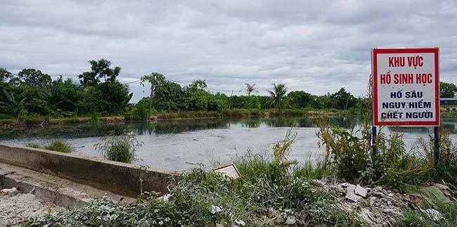 Khu vực hồ lắng lọc dưới chân bãi rác Sầm Sơn đóng váng, bốc mùi xú uế nặng bay khắp vùng. Ảnh: Lê Hoàng.