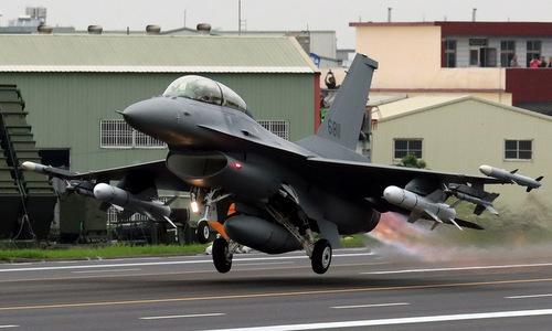 Tiêm kích F-16 Đài Loan diễn tập hồi tháng 5. Ảnh: AFP.