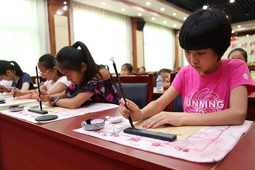 Lớp học thư pháp của trẻ em ở Bắc Kinh vào tháng 7/2018. Ảnh: China News.