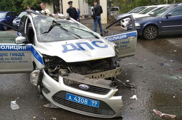 Xe cảnh sát bung ba-đờ-sốc trước, dập móp phần nóc.