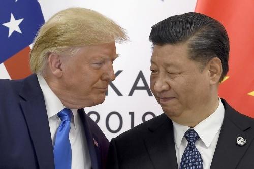 Tổng thống Mỹ Trump, trái, và Chủ tịch Trung Quốc Tập Cận Bình trong cuộc gặp tại Osaka, Nhật Bản tháng 6/2019. Ảnh: AP.