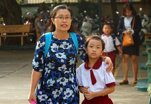 Phụ huynh đưa con vào lớp một tại trường Tiểu học Hồng Hà. Ảnh: Mạnh Tùng.