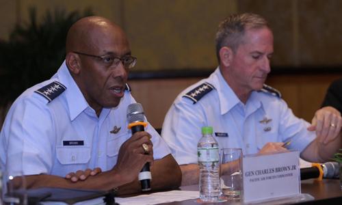 Tư lệnh Không quân Mỹ Brown Jr, trái, và Tham mưu trưởng không quân Mỹ Goldfein trong họp báo chiều 18/8. Ảnh: Hà Trung.