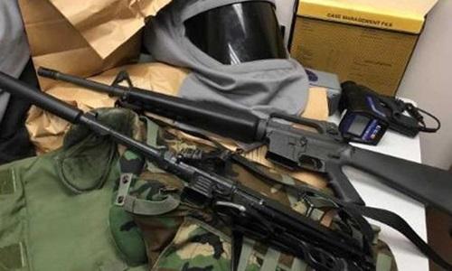 Vũ khí cảnh sát tìm được khi khám xét nhà Reardon. Ảnh: CBS.