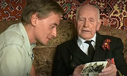 Anatoly Botsanenko cho phóng viên xem bức ảnh thời ông còn là thuyền trưởng. Ảnh: Russian 1