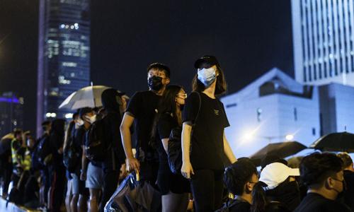 Người biểu tình tập trung trên đường phố Hong Kong hôm 18/8. Ảnh: AFP.