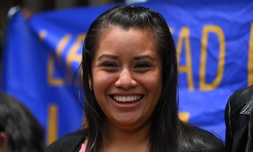 Evelyn Hernandez tươi cười bướckhỏi tòasau khi được xử trắng án. Ảnh: AFP.