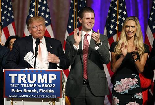Eric và Lara xuất hiện trên sân khấu khi Trump phát biểu tại Palm Beach, Florida hồi tháng 3/2016 trong chiến dịch tranh cử. Ảnh: AFP.