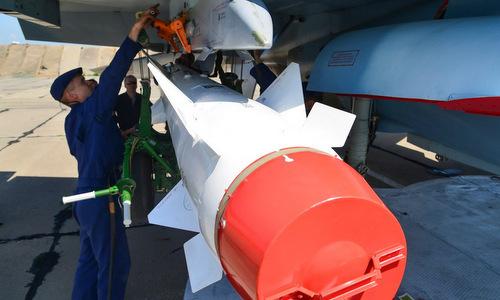Kỹ thuật viên Nga lắp tên lửa Kh-29 lên tiêm kích Su-30SM tại Crimea. Ảnh: Topwar.