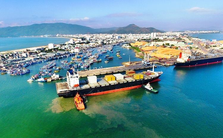 Cảng Quy Nhơn, một trong những cảng quốc tế quan trọng ở miền Trung. Ảnh: Nguyễn Dũng.