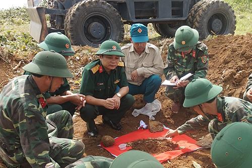 Đội 584 đang quy tập các hài cốt liệt sĩ tại nông trường cao su. Ảnh: Xuân Diện