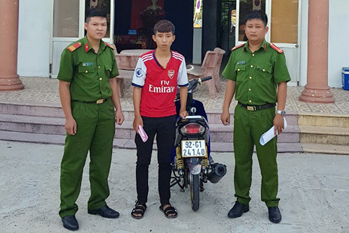 Đồng Phước Sinh (giữa) đến nhận quyết định xử phạt hành chính. Ảnh: Công an đồn Hương An cung cấp.