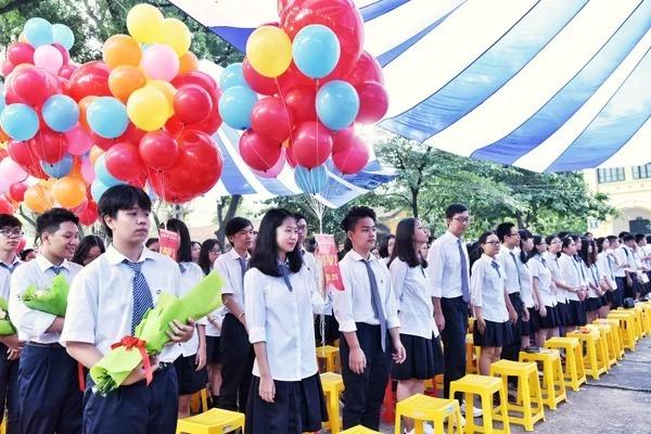Học sinh chuẩn bị bóng bay trong lễ khai giảng năm học 2018-2019 tại trường THPT Chu Văn An (Hà Nội). Ảnh: Giang Huy
