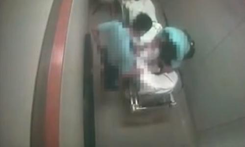Hai cảnh sát Hong Kong cùng nghi phạm tại một bệnh viện hồi cuối tháng 6. Ảnh: HKPT.