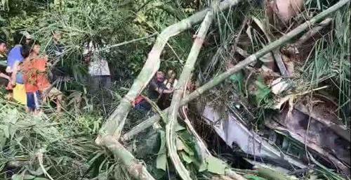 Hiện trường vụ tai nạn xe buýt chở du khách Trung Quốc ở Lào hôm 19/8. Ảnh: Xinhua.