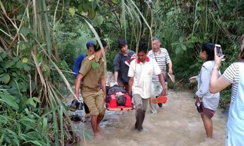 Những người tham gia cứu hộ đưa người bị thương đi cấp cứu trong tai nạn xe buýt ở Lào hôm 19/8. Ảnh: Xinhua.