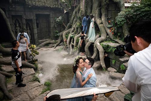 Các đôi cô dâu, chú rể chụp ảnh ở phim trường Love Story in Rome. Ảnh: AFP