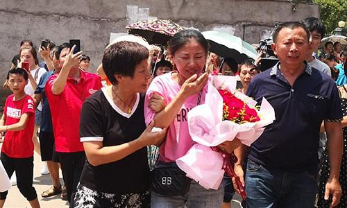 Ping Ping, tên thật là Jin Ting (áo hồng) bật khóc khi gặp lại cha mẹ ruột tại thành phố Ưng Đàm, tỉnh Giang Tây, phía nam Trung Quốc hôm 17/8. Ảnh: Asia Wire