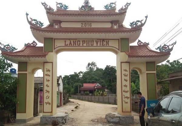 Cổng làng Phú Viên hạn chế xe tải cỡ lớn. Ảnh: Lam Sơn.