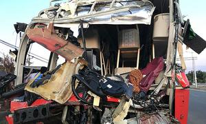 Hai xe khách biến dạng sau cú tông ở ngã tư, một người chết