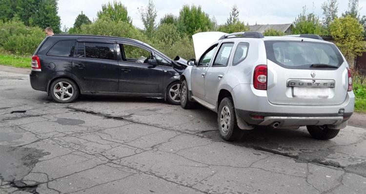 Hai ôtô lao vào nhau và khiến 3 người bị thương. Ảnh: Ivanovo 37