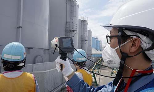 Nhân viên Công ty điện lực Tokyo đo nồng độ phóng xạ tại Nhà máy điện hạt nhân Fukushima năm 2018. Ảnh: AFP.