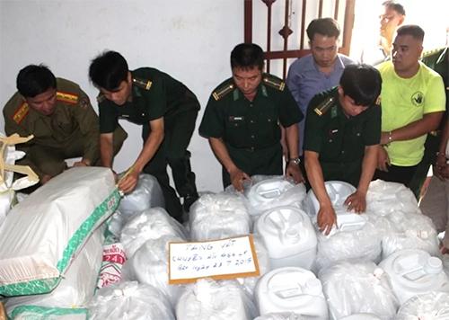 Thượng táGiáp (áo thường phục dài tay) cùng đồng đội kiểm tra tang vật trong một vụ án ma tuý. Ảnh: NVCC