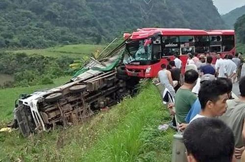 Phần đầu xe khách biến dạng sau khi đâm vào đuôi xe tải. Ảnh: Xuân Tân