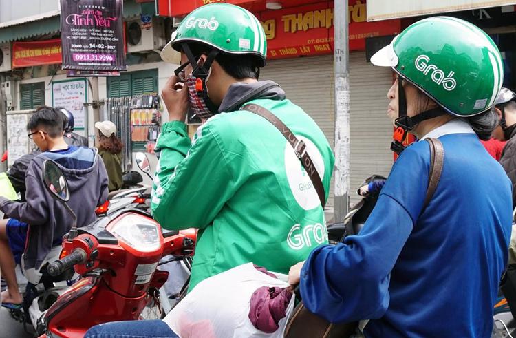 Hà Nội muốn cấp thẻ cho người điều khiển xe máy tham gia vận chuyển khách và hàng hoá. Ảnh: Giang Huy.