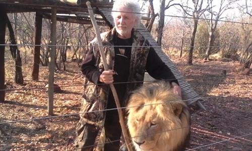 Leon van Biljon và một con sư tử trong khu bảo tồn. Ảnh: CNN.