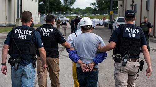 Các đặc vụ của cơ quanĐiều tra An ninh Nội địa thuộc Sở Di trú và Hải quan Mỹ bắt các nghi phạm trong chiến dịch truy quét người nhập cư trái phép tuần trước ở bang Ohio. Ảnh: ICE