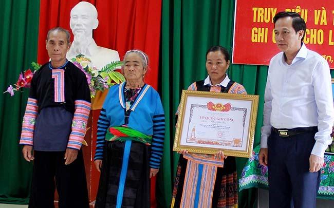Thân nhân Liệt sĩ Thao Văn Súa nhận bằng Tổ quốc ghi công. Ảnh: Lam Sơn.