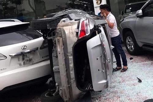Xe ôtô rơi từ tầng hai xuống đất. Ảnh: Vinh Nguyen