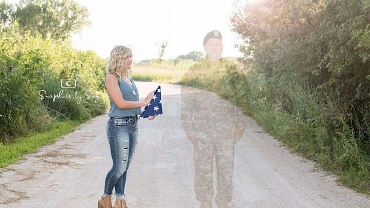 Julia Yllescas cầm cờ, đứng cạnh cha trong bộ quân phục. Ảnh: Snapshots by Suz