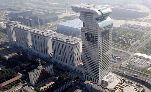 Tòa nhà Pangu Plaza mang hình tượng một con rồng, nằm gần sân vận động Tổ chim ở Bắc Kinh. Ảnh: SCMP
