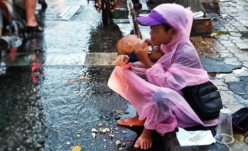 Trẻ ăn xin ở ngã tư Nguyễn Thị Minh Khai - Cách Mạng Tháng 8, quận 1. Ảnh: Hữu Khoa.