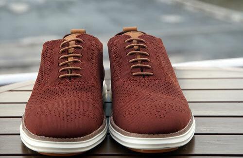 Sản phẩm giày làm từ bã cà phê và ly nhựa. Ảnh: Mạnh Tùng.