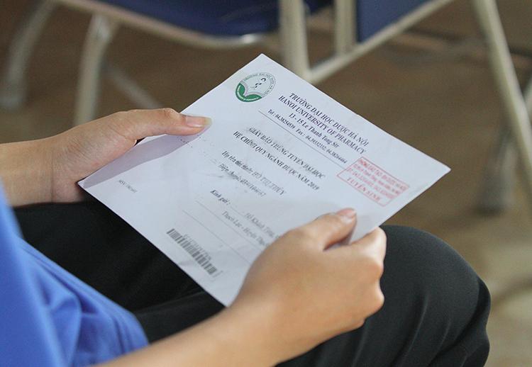 Hai bàn tay thủy run run khi cầm phong bì đựng giấy báo trúng tuyển của Đại học Dược Hà Nội. Ảnh: Đức Hùng
