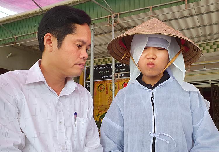 Lãnh đạo huyện Thạch Hà tới thắp hương cho ông Tùng, động viên Thủy nên đi học. Ảnh: Đức Hùng