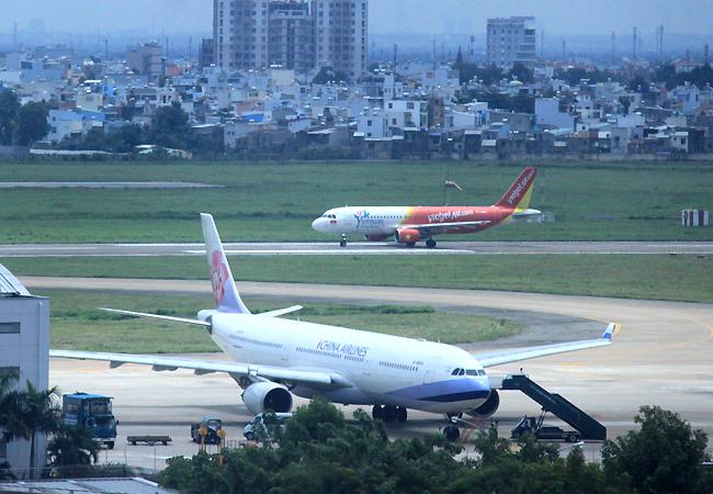Sân bay Tân Sơn Nhất đang quá tải lưu lượng hành khách. Ảnh: Anh Duy.