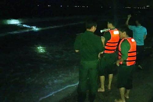 Tối 22/8, Lực lượng chức năng vẫn đang tìm kiếm bốn nạn nhân mất tích. Ảnh: Tư Huynh.