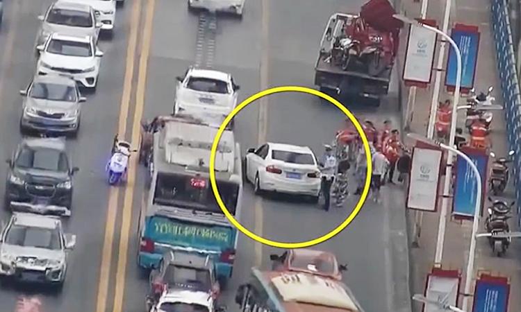 Nữ tài BMW bị phạt vì để xe chết máy gây tắc đường