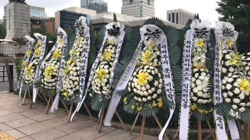 Vòng hoa chia buồn tại nơi tưởng niệm Han Sung-ok ở Gwanghwamun. Ảnh: BBC.
