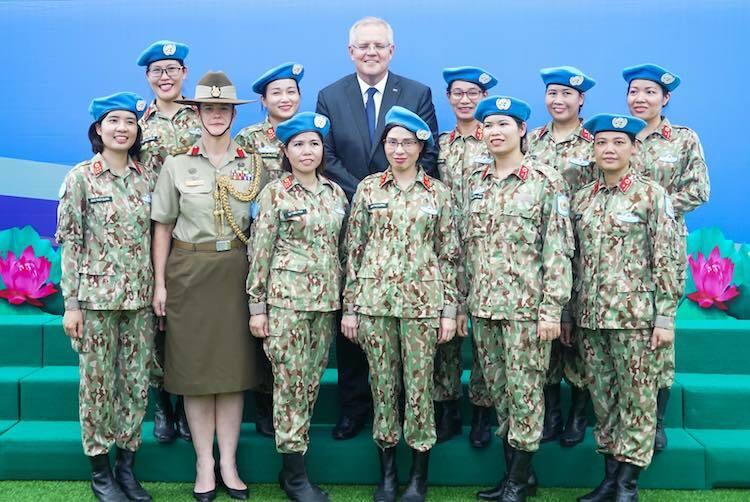 Thủ tướng AustraliaScott Morrison chụp ảnh cùng các nữ quân nhân bệnh viện dã chiến cấp 2 số 2 của Việt Namchiều 23/8. Ảnh: Gia Chính