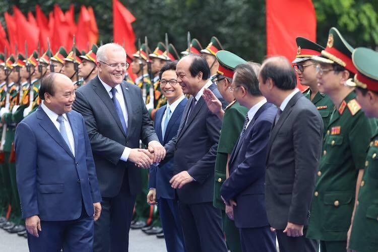 Thủ tướng Nguyễn Xuân Phúc (ngoài cùng bên trái) và Thủ tướngScott Morrison cùng một số lãnh đạo Việt Nam tại Học viện Quân y chiều 23/8. Ảnh: Gia Chính